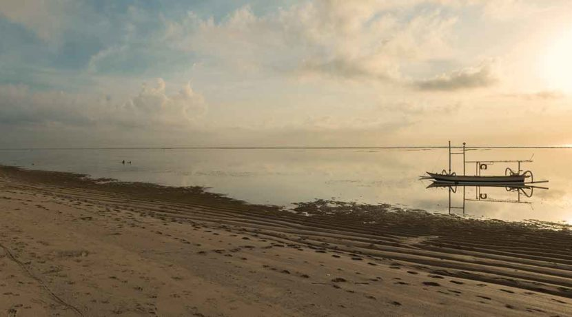 16.-Villa-Batujimbar---Local-boat-and-beach