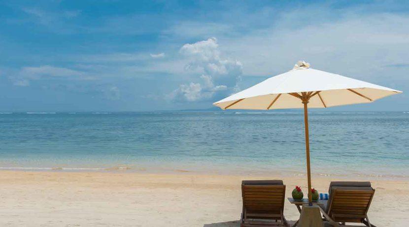 39.-Villa-Batujimbar---Beach-sun-loungers