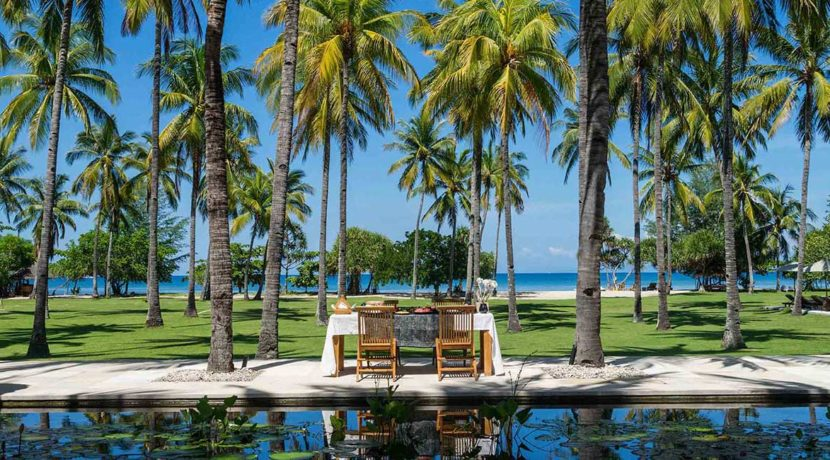 2.-Sira-Beach-House---Breakfast-by-the-pool