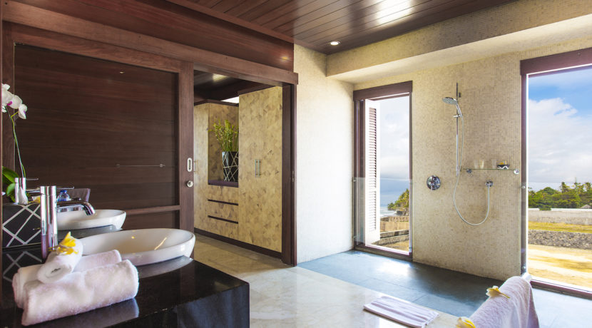 22. Villa Bayu Gita Beachfront - Upstairs ensuite