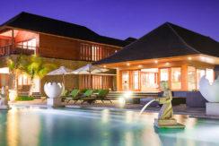 29.-Villa-Bayu-Gita---Beachfront---Pool-and-villa-at-night
