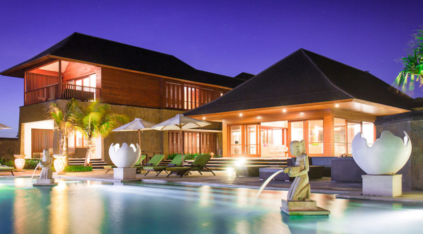 29. Villa Bayu Gita - Beachfront - Pool and villa at night