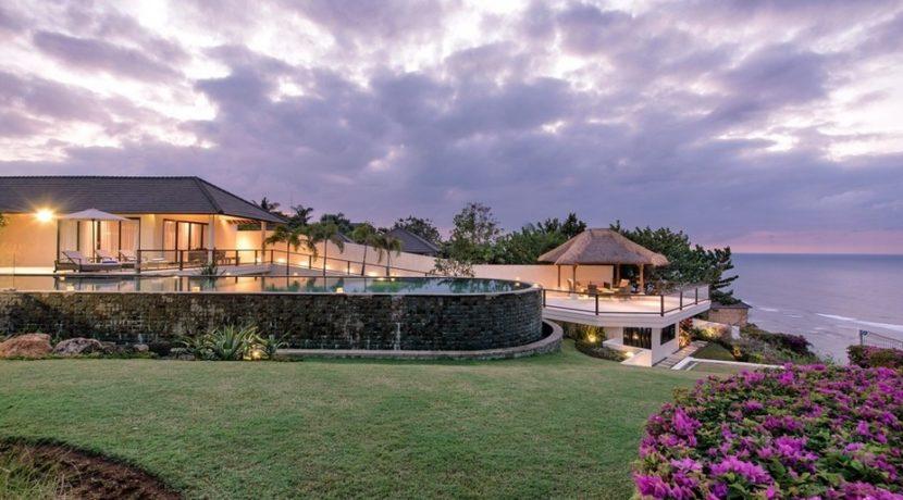 Villa Bale Agung - Pool and Villa at Night