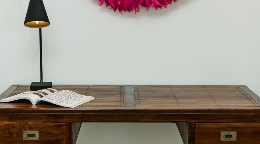 Baan Dalah Villa - Wooden table